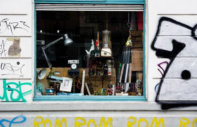showcase view An Und Verkauf Colorful Dies Und Das Eye4photograghy Eye4photography  EyeEm Best Shots EyeEm Deutschland Graffiti Hamburg Hamburg Streetphotography Laden No People Schaufenster Shop Showcase July Store Straßenfotografie Streetart Streetphotography Tags Trödelladen Urban Urban Geometry Urbanphotography Window
