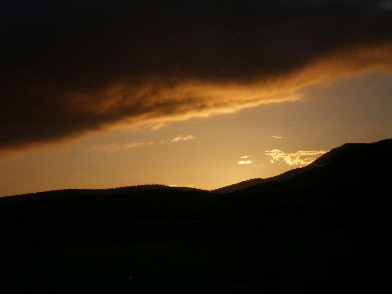 Viajar en autobus. Líneas convergentes IISunset Sky Mountain Nature Beauty In Nature Cloud - Sky No People Lineas Lines Cloud Nube Clouds Nubes Cielo Naranja Orangesky Naranjas Tesis99 Atardecer Bus Autobus Viajar Scenics Tranquility Convergent