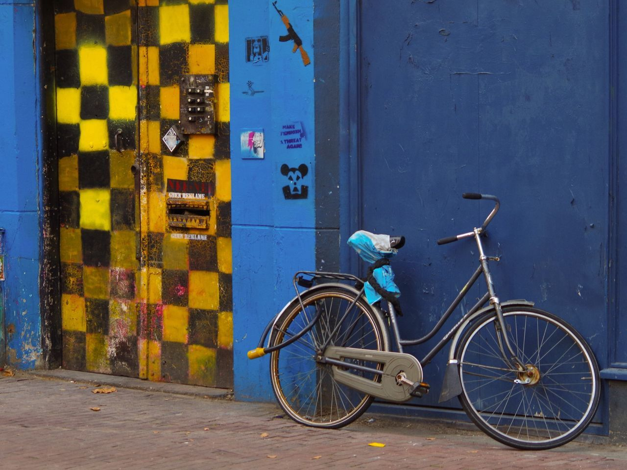 CyclingUnites Transportation Stationary Bicycle Architecture Built Structure Real People Land Vehicle Outdoors Building Exterior One Person Day