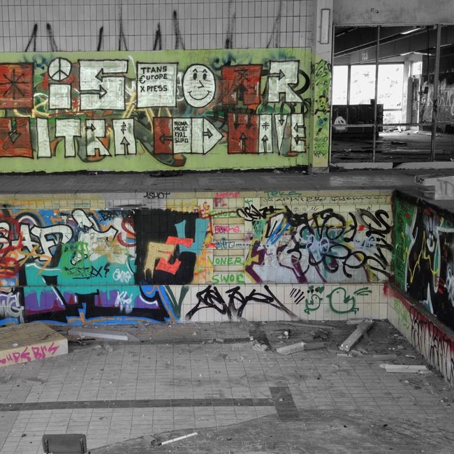 Abondoned Vanishing Point Colorsplash Eye4photography  Urban Geometry Urban Reflections Perspective Abandoned Places Abandoned Buildings (null)Graffiti Graffiti Art Streetphotography From My Point Of View Urban Decay Light And Shadow Abandoned Swimming Pool