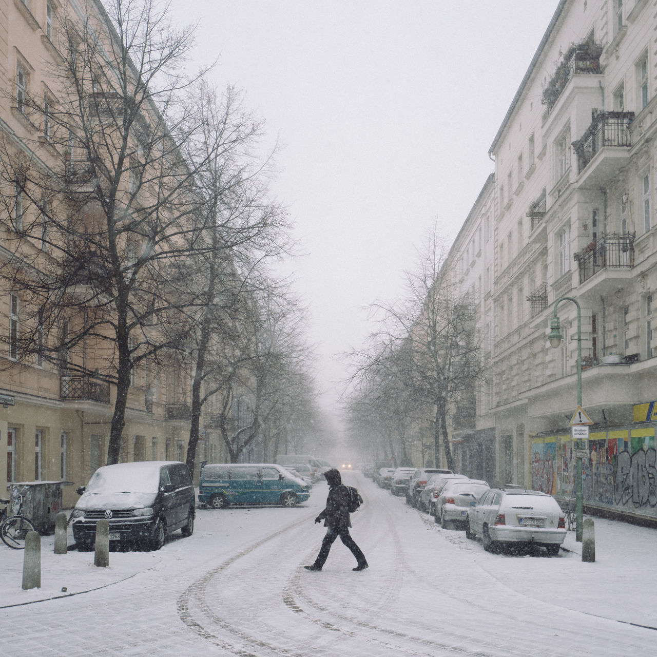 crossing the street Crossing The Street Dailylife Prenzlauer Berg Schneesturm Spuren Im Schnee Strawberry Street Photography Streetphotography Winter