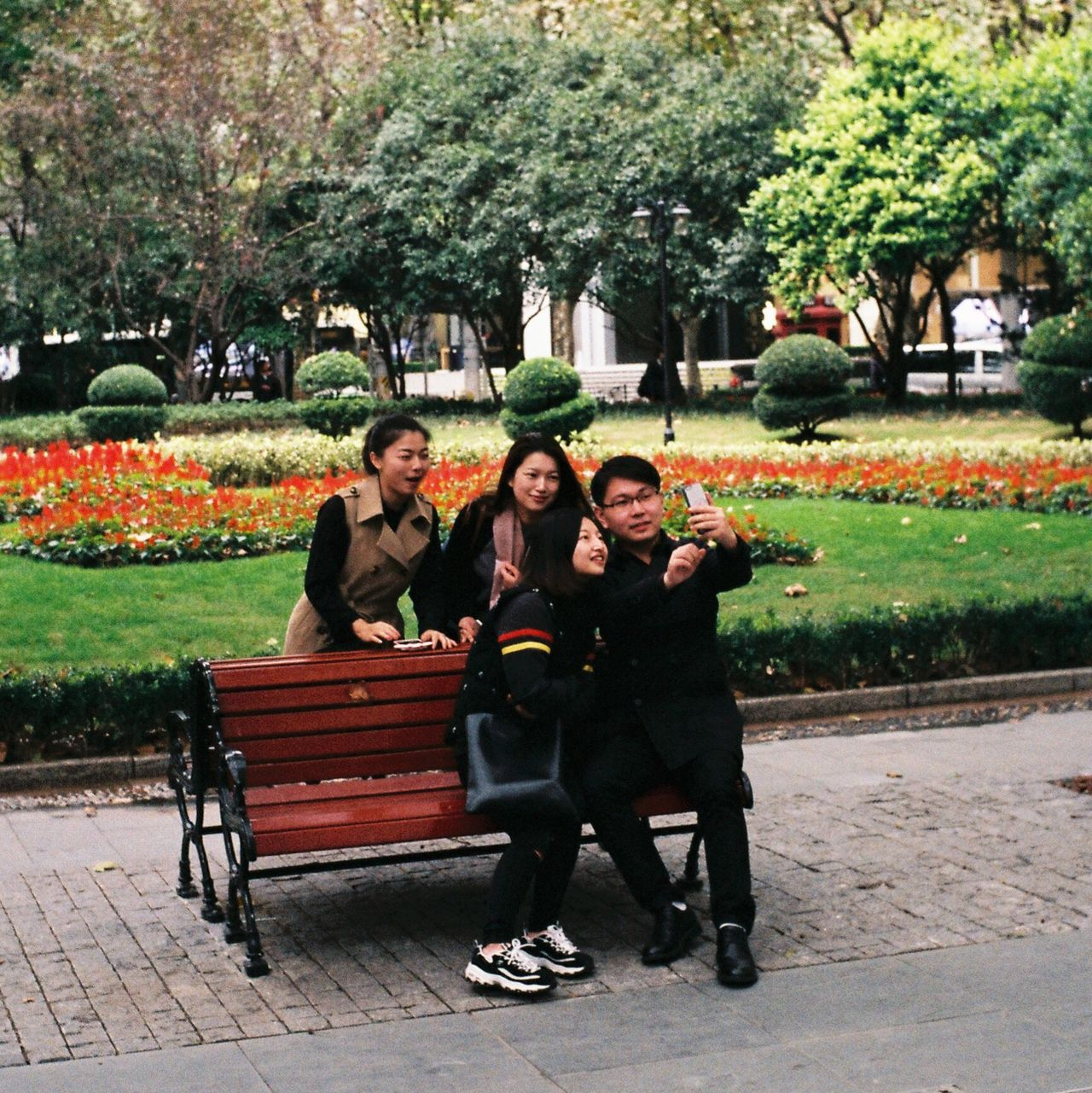 Capture this moment My Street Photography From My Point Of View Embrace Urban Life Film Leica M6 Leicacamera Streetphotography Shanghai Shanghai Streets Shanghai Photography Full Length Friendship Outdoors Cheerful Taking Photos Capture The Moment