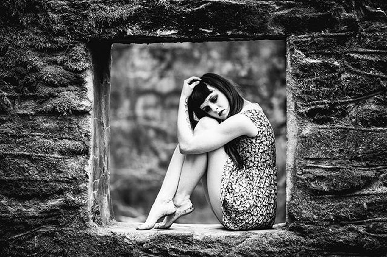 @lexibean333 Blackandwhite Monochrome Dead Winter Girl Texture Window Float Canon 135 F2 Frame Photography Dark Creepy