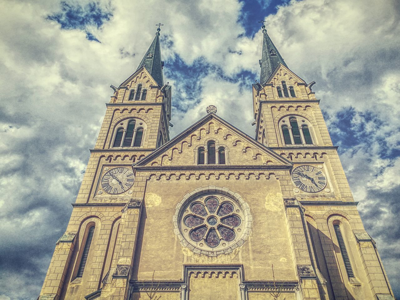 Low Angle View Cloud - Sky Religion Architecture Place Of Worship Spirituality Rose Window Built Structure Sky Building Exterior Outdoors History My Unique Style Getting Inspired Outdoor Photography The Great Outdoors - 2017 EyeEm Awards Eye4photography  EyEmNewHere The Architect - 2017 EyeEm Awards The Photojournalist - 2017 EyeEm Awards Capture The Moment Nature Something Different EyeEm Best Shots - Nature EyeEm Gallery