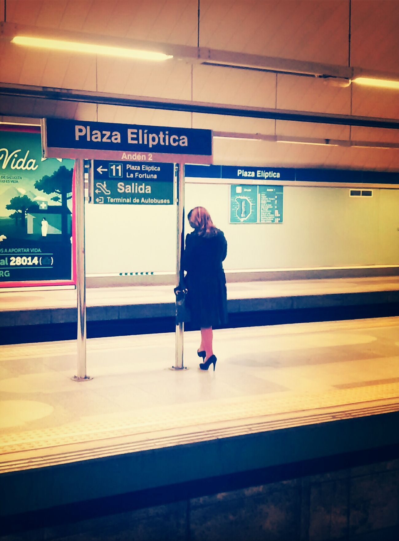 A woman always looks for one's shoulder Metro Madrid Dem Fontana Subway Portraits Women