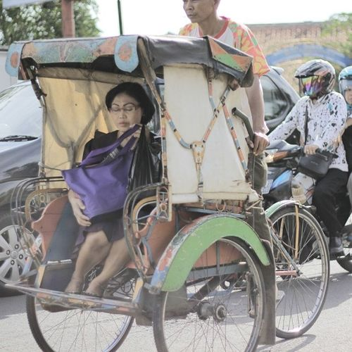 SIAPA ITU....???? Bentuk kampanye gitu??? Megawati Kw Naek Becak ahhaha parpol PDIP