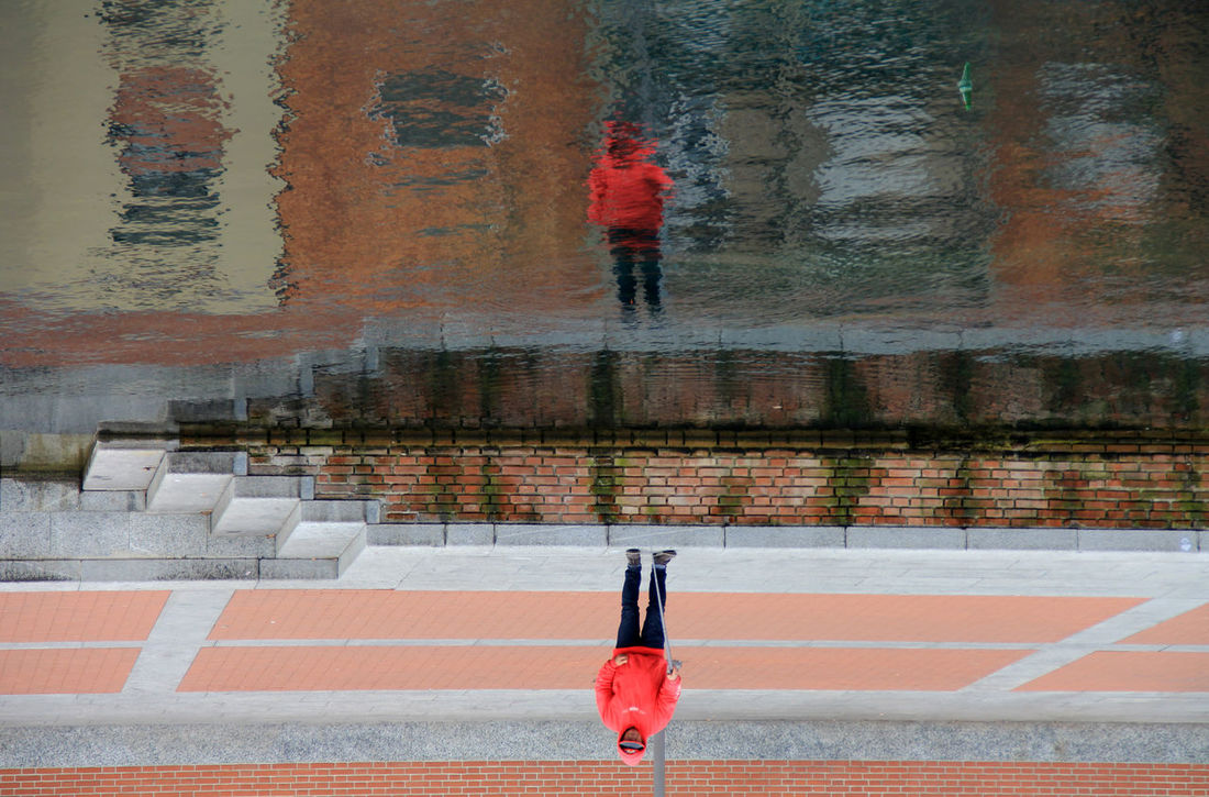 Acqua Man Persona Riflessi Sull'acqua Rosso Scale  Stairs Up And Down Water Reflections