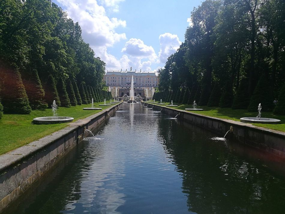 Peterhof St.petersburg Russian Federation Gardens Travel Photography Historical Place Building And Nature Historical Building Garden Architecture Nature And Architecture Outdoors Built Structure Tourist Destination Architecture Travel Destinations Water Day History P9 Huawei