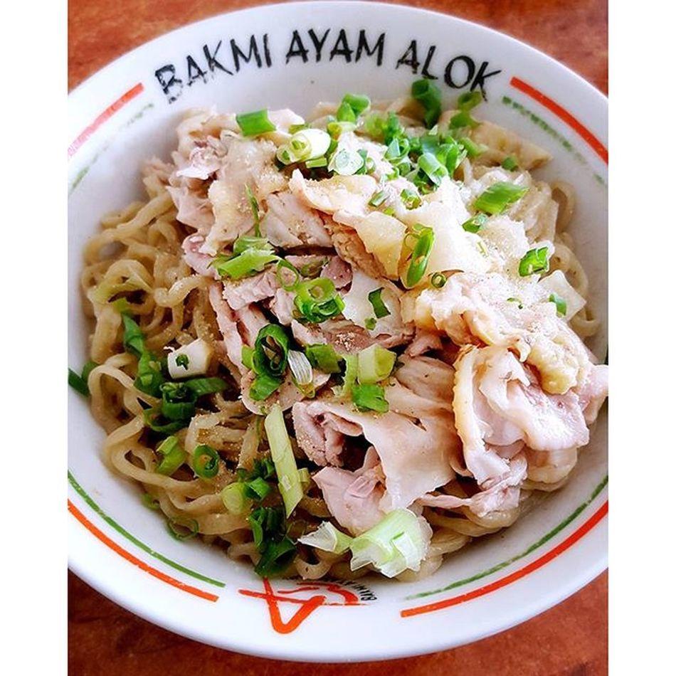 Have a great lunch. Mie time! Mie ayam paha kulit. Bakmi Bakmialok Jakarta Kuliner kulinerjkt jktkuliner jakartakuliner lunch lunchtime makansiang mieayam