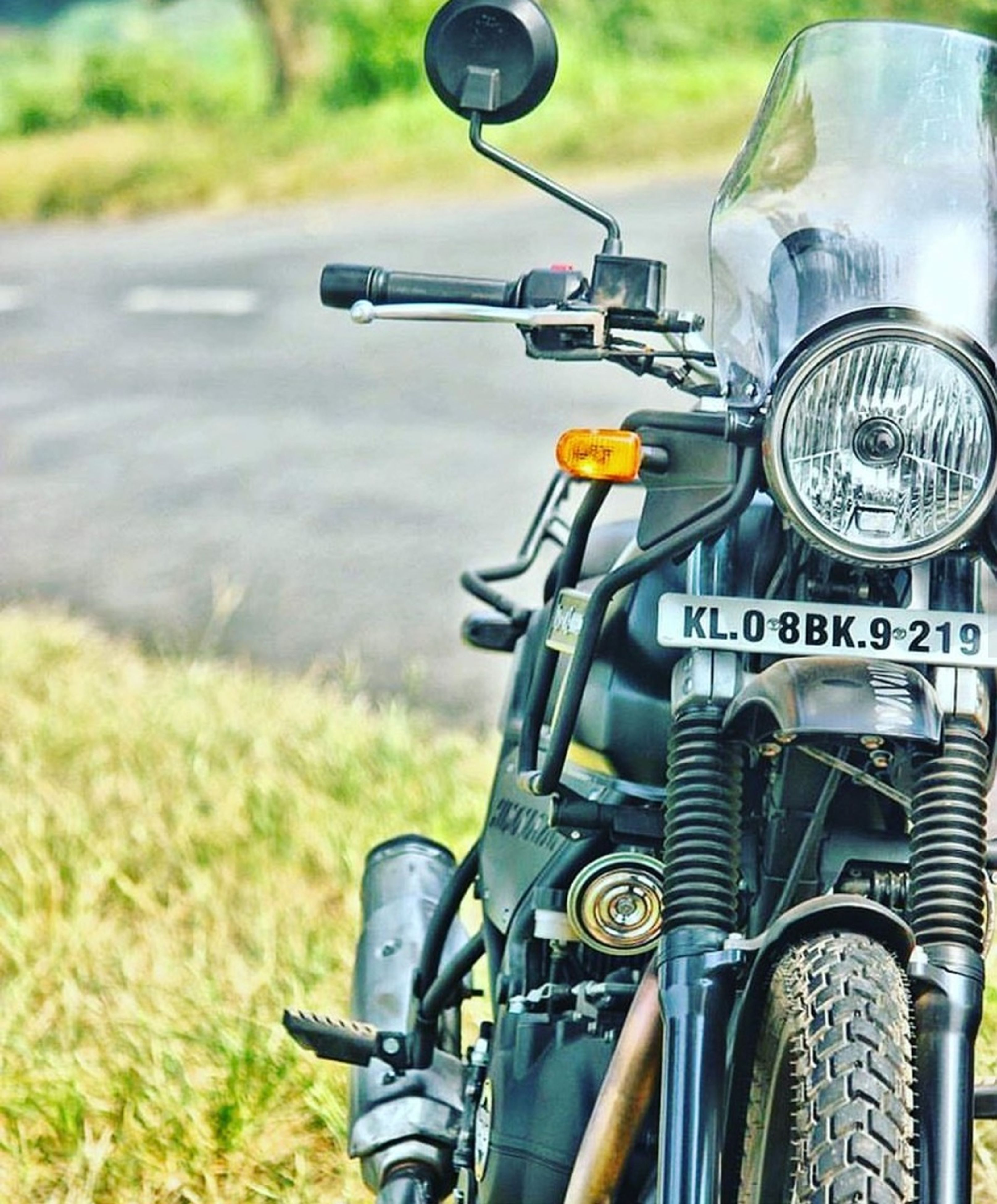 transportation, mode of transport, land vehicle, stationary, bicycle, old-fashioned, outdoors, no people, handlebar, wheel, personal land vehicle, road, day, bicycle basket, close-up, vehicle mirror