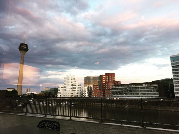 MedienHafen 🌅 Hyatt Regency Dox Restaurant Dinner Sunset EyeEm Happytime Düsseldorf City Medienhafen Architecture Tower Rhein Sky This ViewModern Skyscraper Feeling Good Luxus Life Beautiful Magic Romantic Place Love Pic