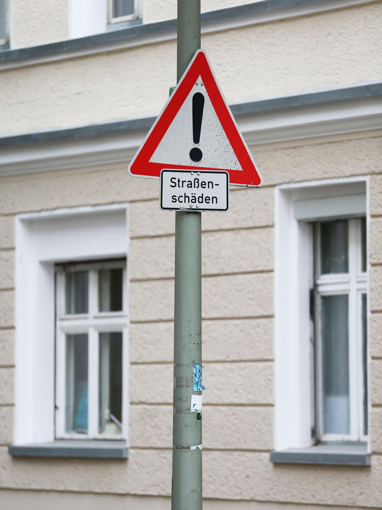 Verkehrszeichen, Straßenschäden Berlin Friedrichshain FOTO: FRANK SENFTLEBEN Achtung Baustelle Hinweis Hinweisschild Strassenverkehr Straßenschaden Straßenschaden Verkehrszeichen Warnhinweis
