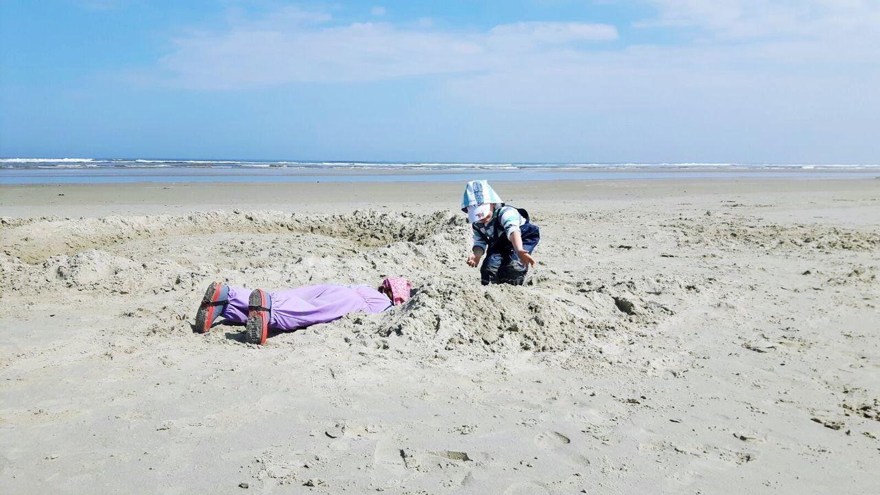 Buddeln Suchen  Serching Strand Beachphotography Beach Photography Wonderful Kids Playing Kids Having Fun The Great Outdoors - 2016 EyeEm Awards The Great Outdoors With Adobe Sea And Sky Outdoor Photography Spaß Funny Nordsee Borkum Borkum, Germany