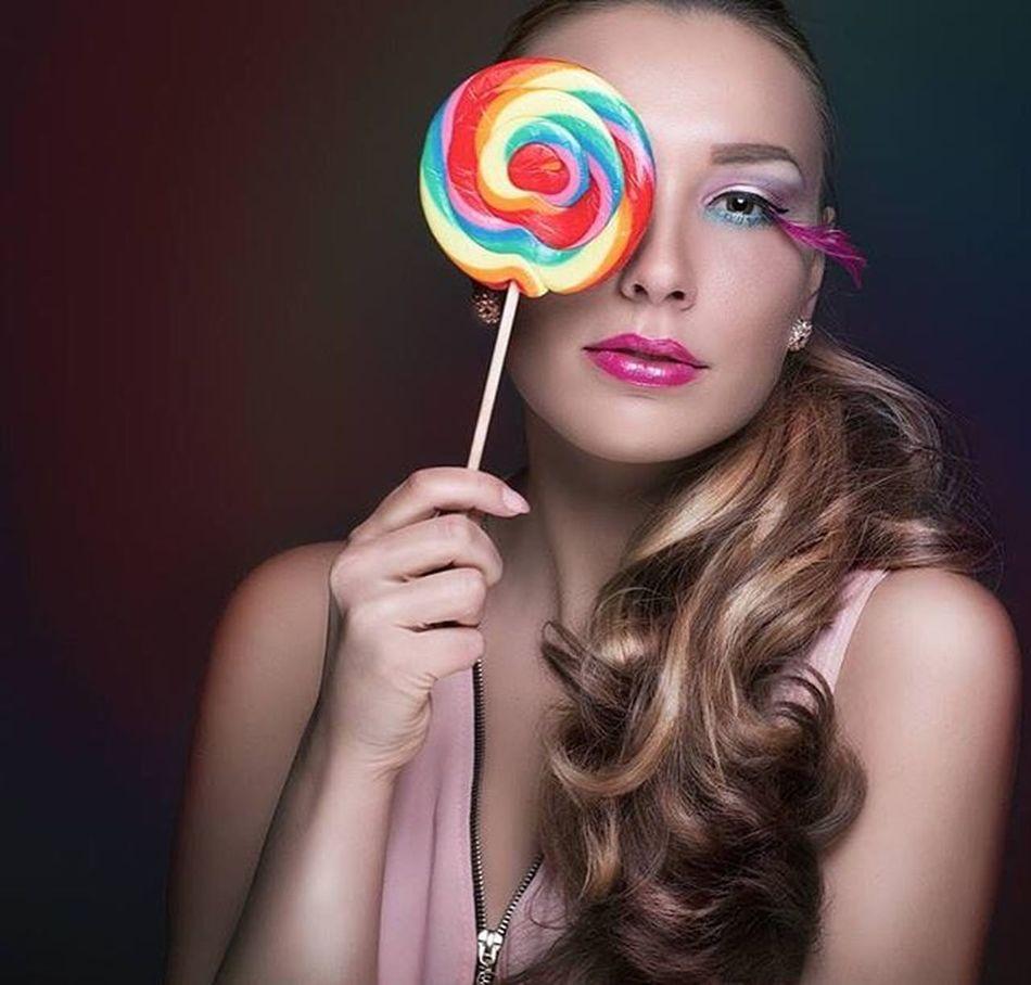 """*** CANDY GIRL *** """"Candy is childhood, the best and bright moments you wish could have lasted forever."""" - Dylan Lauren Einen wunderschönen guten Morgen! Und hier ein weiteres tolles Foto mit Viviana. Wir hoffen doch, dass einige Lust und Zeit haben an unserer Bildbearbeitung-Aktion. Würden es total spannend finden wie andere Fotografen das Bild bearbeiten würden. https://www.facebook.com/MerceePhotography/photos/a.533121046738148.1073741825.500777186639201/1134516876598559/?type=3&theater Model: Anna Vivian Photo: Mer-Cee Photography Merceephotography Beauty Instagood Instagram Instag_app Photoofday Bestoftheday Portrait Candy Female Makeup Candygirl Colorful Berlin LoveYourself Instag_app"""