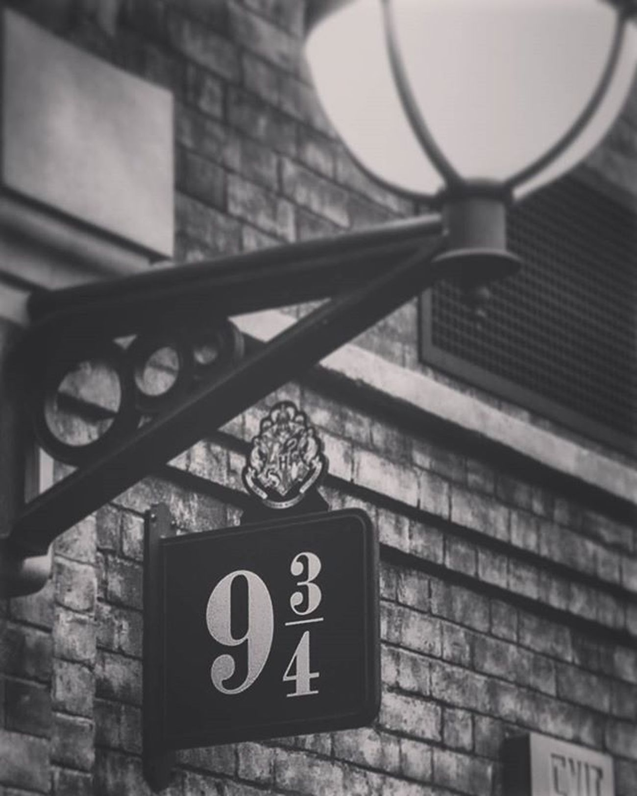 King's Cross Harrypotter Harrypotterforever Kingscross Hogwartsismyhome Hogwartstrain Kingscrossstation Kingscross9and3quarters Photographer Butterbeer Thewizardingworldofharrypotter Theboywholived Vscophotography Ninethreequarters UniversalMoments Blackandwhiteisworththefight