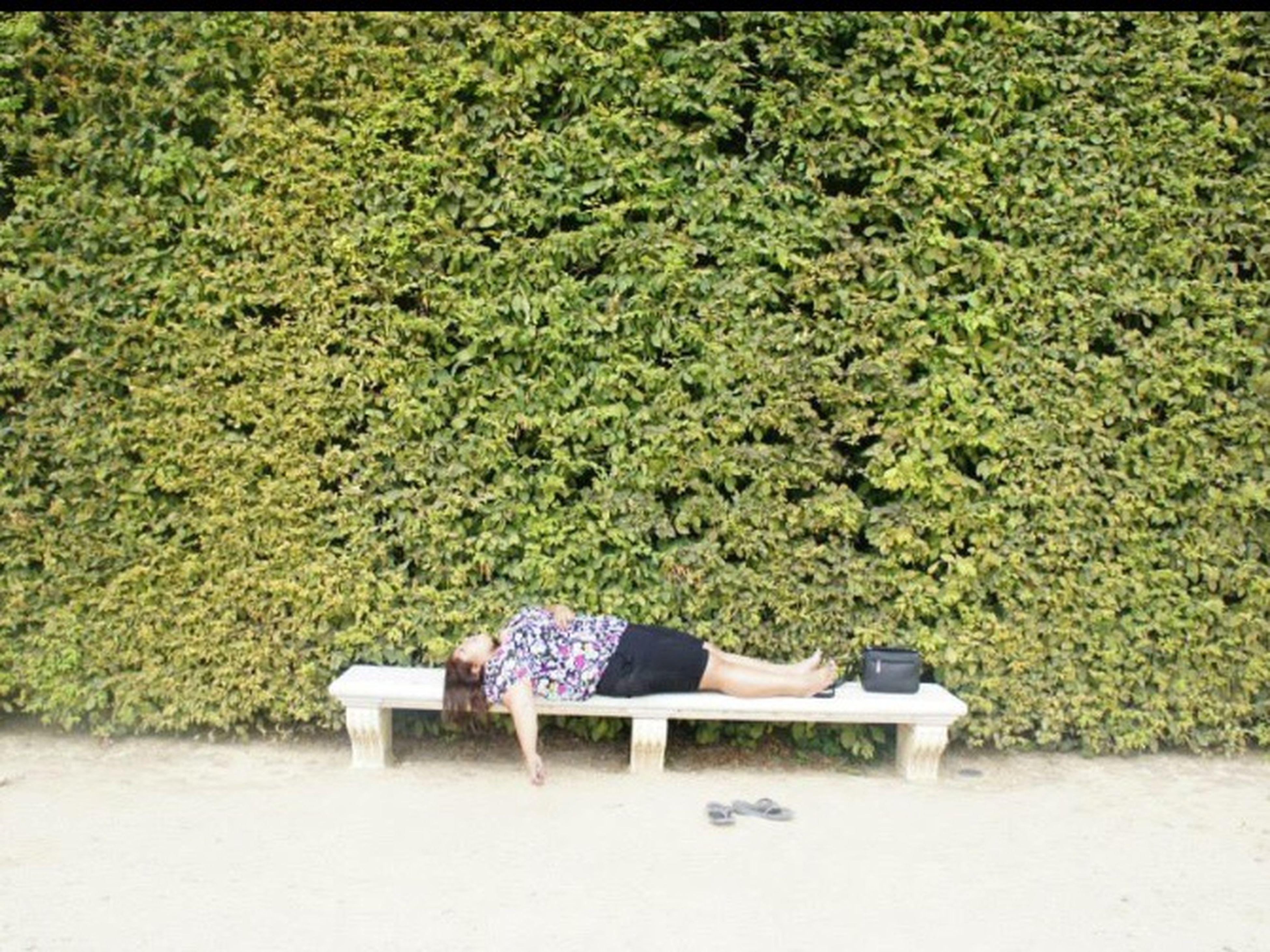 Tired. Paris Gardens Hoursofwalking Breaktime Hot Vacation