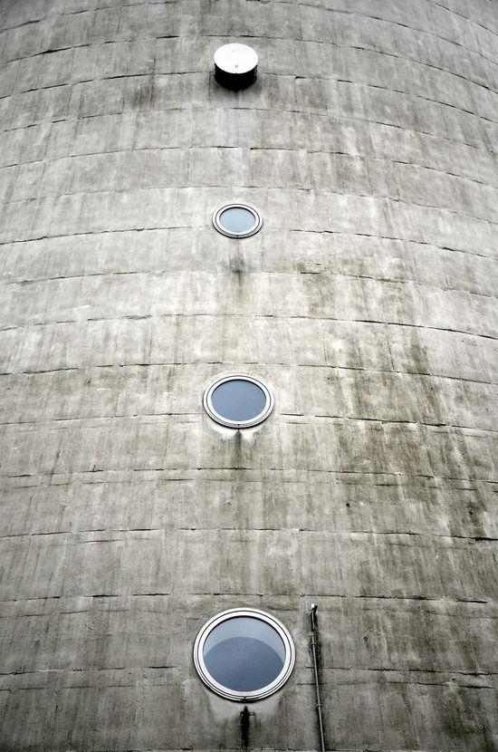 Minimalist Architecture Tower Turm Window Architekturfotografie Outdoors Noir Et Blanc Noiretblanc Best Of EyeEm Minimalism Architectural Feature Hochhaus Modern Bnw Bnw_friday_eyeemchallenge Round Window Betonporn Monochrome Pillar Column Schwarz & Weiß Black & White Berlin Photography Berlin