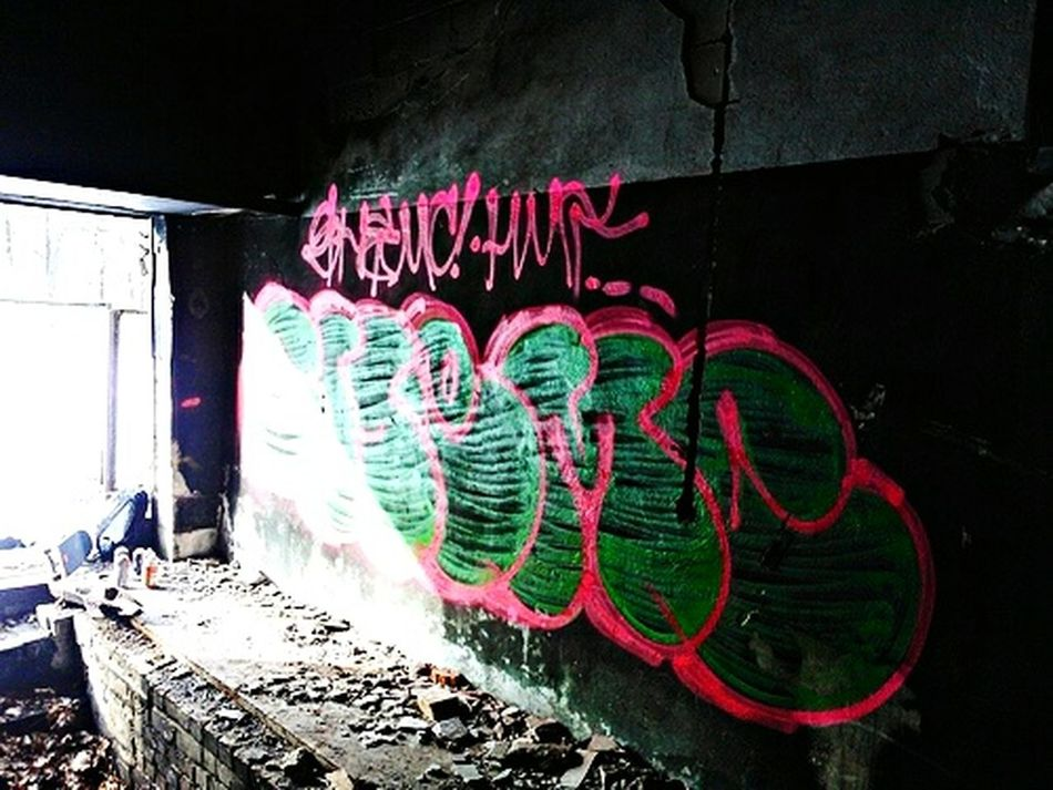 Graffiti Graffiti Art Graff Senoner .Abondoned Places Throw Up Throw Ups Cans Pink Green Chillin' Art ArtWork Art, Drawing, Creativity Lines 😚 😚 ✌ Peace HMT Time Ago Years Ago