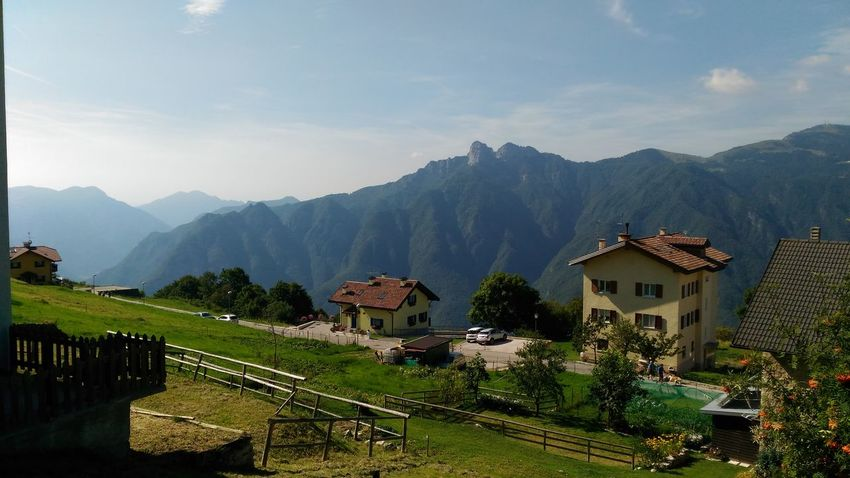 Monti Giornata Serena EyeEm Selects Mountain Mountain Range House Scenics Landscape Outdoors Nature