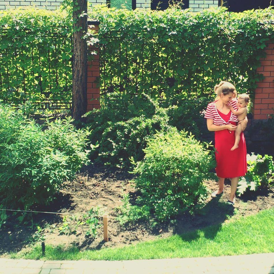 бабушка внучка ДеревняВГороде зелень  зеленый любовь вгостях вгостяхубабушки Жимолость LoveGrandma Grandma's House Berries