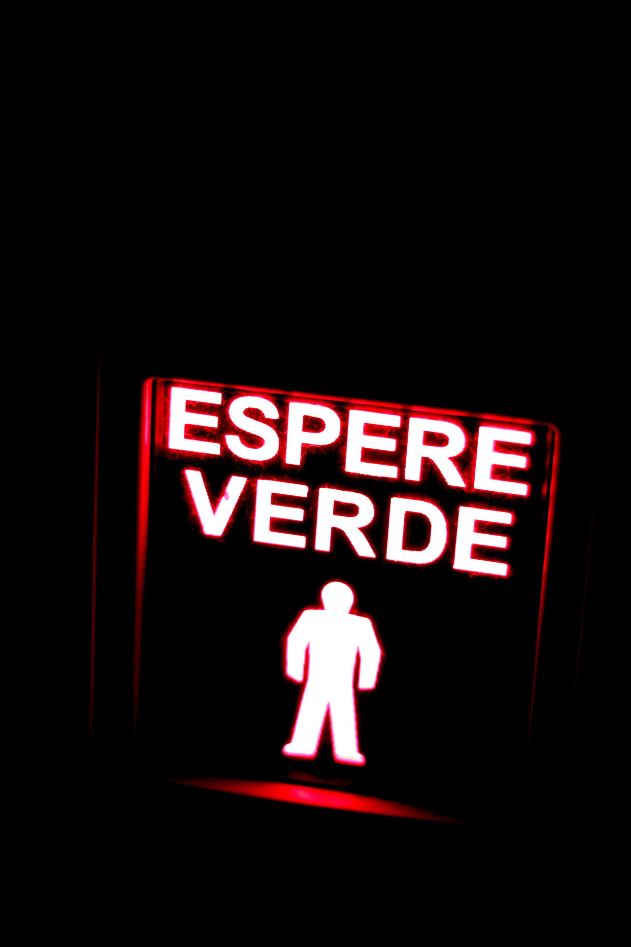 "a treffic light in Malage with the text ""espere verde"" Ampel Ampelmann Ampelmännchen Black Background Close-up Dark Dunkel Grün Illuminated Information Information Sign Nacht Neon Night No People Red Text Traffic Light  Verde Verkehrszeichen Warten Warter"