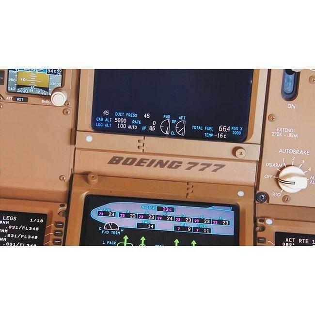 BOEING 777. 300ER Boeing B77W Tripleseven flightdeck