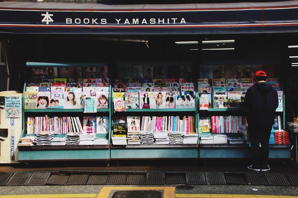 Street Photography Tokyo,Japan Setagaya Bookstore 立ち読み