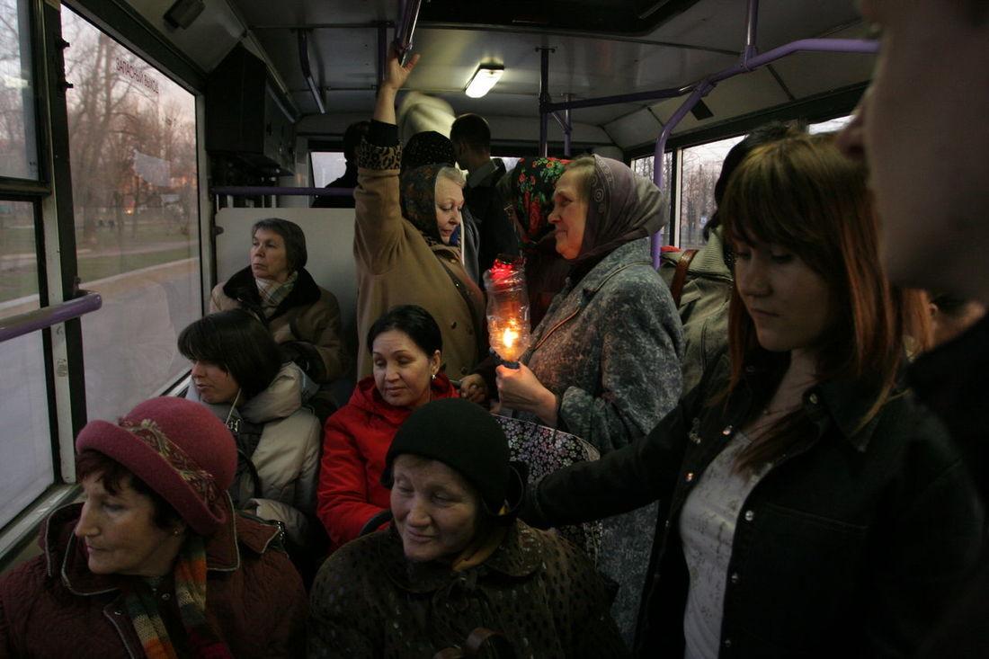 Женщины везут домой огонь из храма в Страстной четверг пасха Candle свеча Easter The Street Photographer - 2015 EyeEm Awards