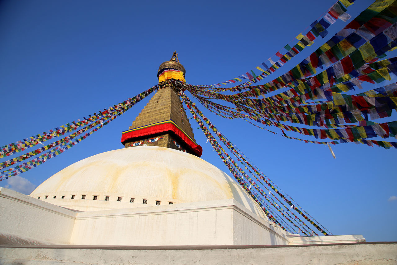 Prayer Flag Pole Buddhist Statue Buddhist Temple - Building White Stupa Pilgrimage Kathmandu Low Angle View Boudhanath Religion Bodnath Stupa Spirituality Kathmandu, Nepal Gebetsfähnchen Nepal TravelGebetsfahnen Place Of Worship Bodnath Prayer Flag Prayer Flags  Buddhist Temple Buddhism Monk Colour Of Life BUDDHISM IS LOVE Boudanath Stupa