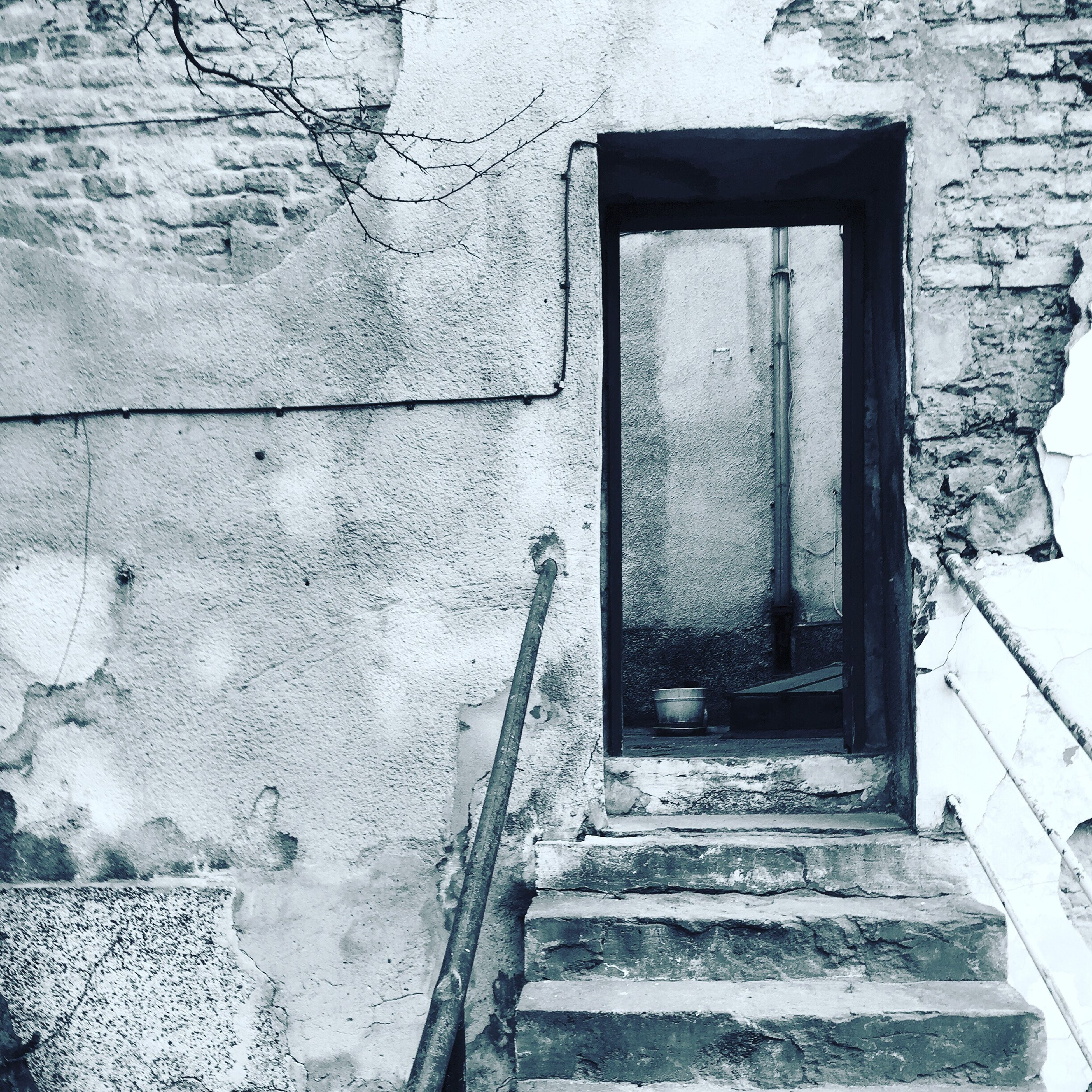 architecture, built structure, building exterior, window, wall - building feature, steps, old, wall, closed, door, house, brick wall, building, weathered, day, entrance, outdoors, residential structure, no people, staircase
