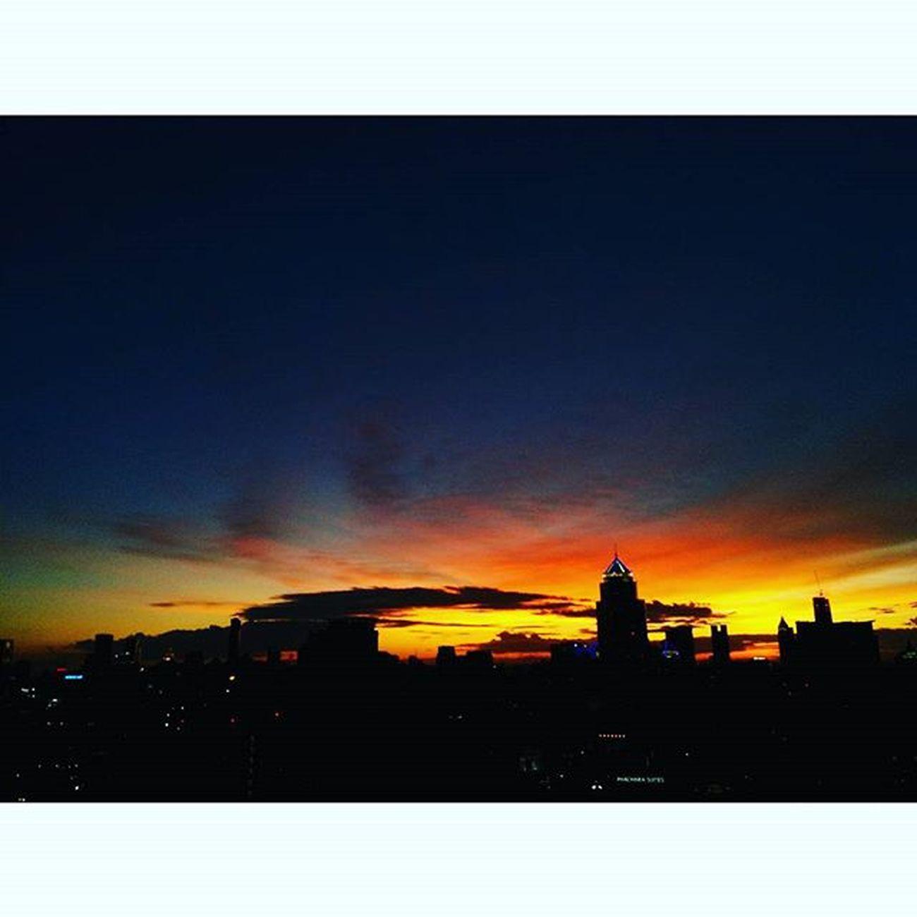 R u looking at the same sky as me? My Monday sunset is so stunning!! Sunset Sunlight Sun Sky Skyviewer Bangkok Bangkokskyline Santitasphotography