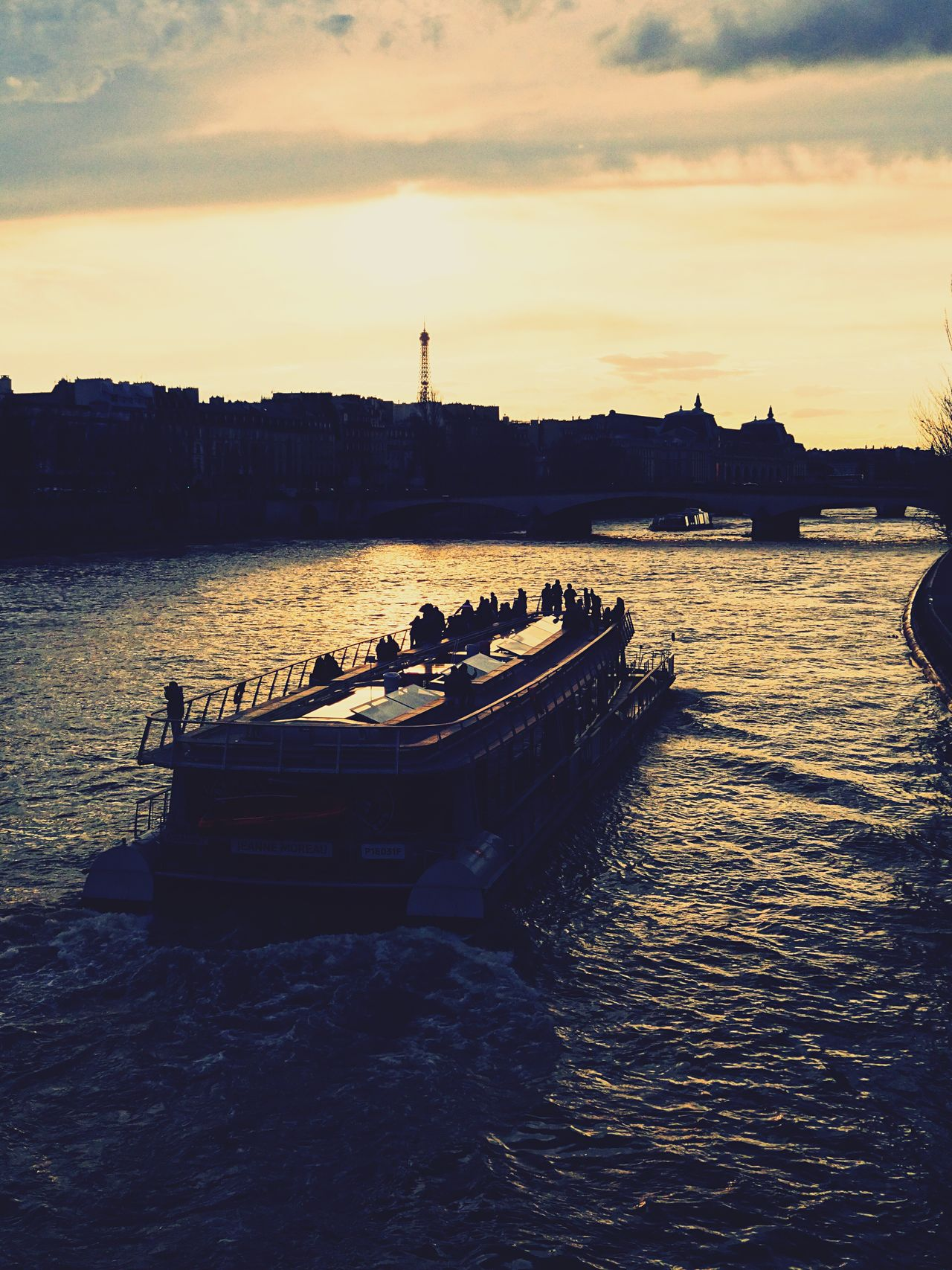Paris Water River Seine Laseine Sunset Sunset_collection Eiffel Tower Eiffeltower Tour Eiffel Boat Good Times Evening Evening Sky Chasinglight Chasing Light Showcase April Eyeemphoto