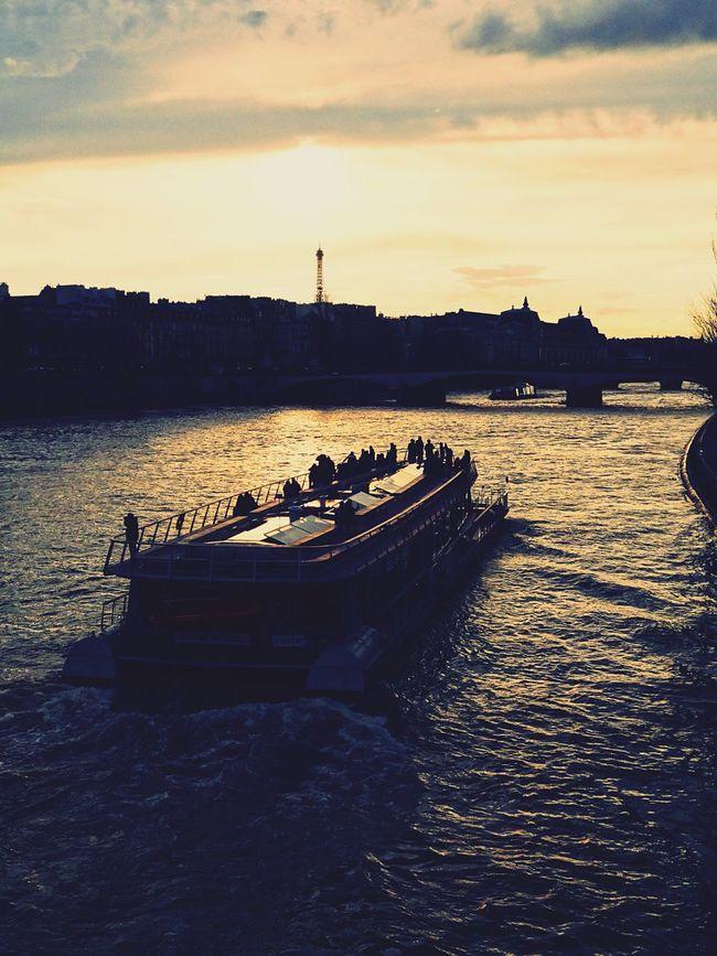 Paris Water River Seine Laseine Sunset Sunset_collection Eiffel Tower Eiffeltower Tour Eiffel Boat Good Times Evening Evening Sky Chasinglight Chasing Light Showcase April Eyeemphoto