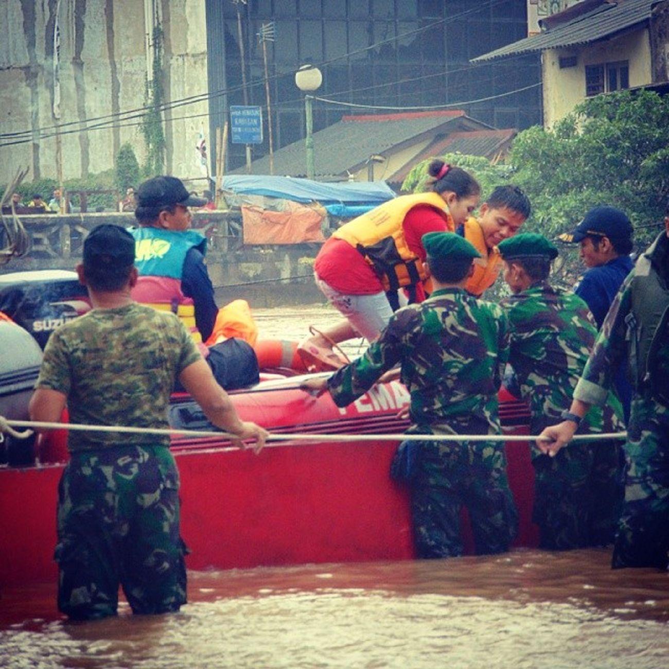 Banjir Flooding Evakuasi Kampungpulo Jakarta INDONESIA Januari2014