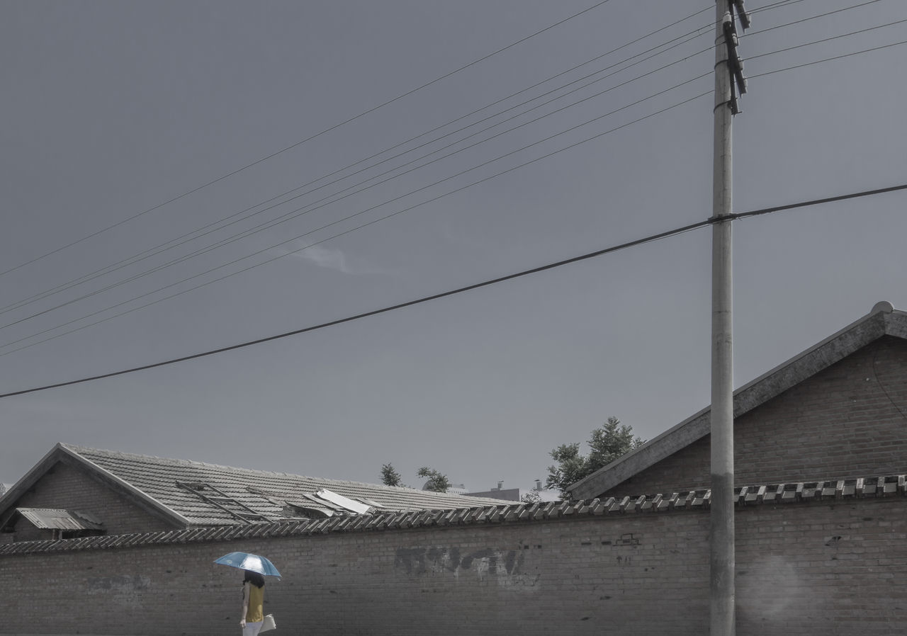 小时候的夏天,有时候热的要命,要没钱去买冰棍,只好蹭着墙角那一条阴影。 i only have the shadow by the wall House People Street Summer Unbrella Walking Wall