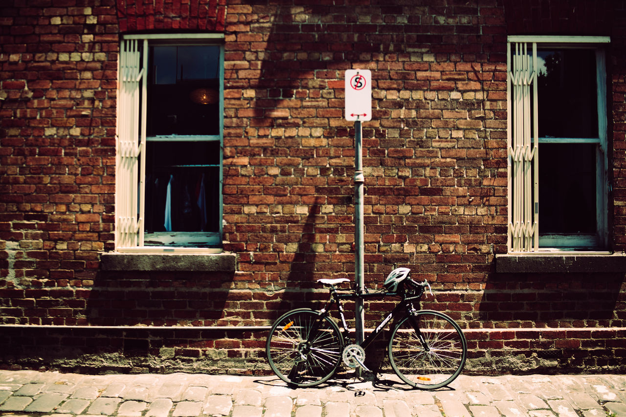 bicycle, architecture, brick wall, building exterior, window, built structure, mode of transport, transportation, day, land vehicle, stationary, outdoors, no people
