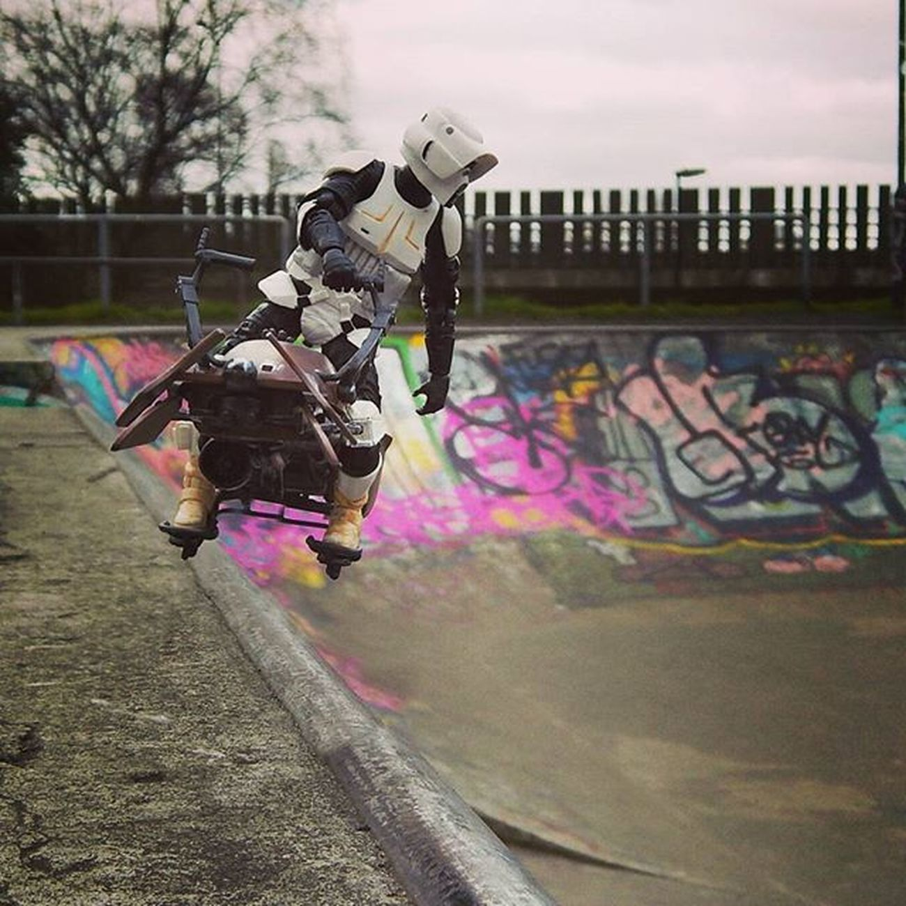 Scotty checks the drop in at the skate park, determined to get some serious air today! Bikerscout Scottythebikerscout . Exhibitionpark Newcastleskatepark Skatecrunch Starwars3lite Toyoutsiders Toyphotography Toyark Toptoyphotos Toydiscovery Toycrewbuddies Toysaremydrug Toys4life Toyunion Wheretoysdwell Justanothertoygroup Zifu_toys Tgif_toys Toyfusion Toygroup_alliance Toyrevolution Rwt_imperialmarch