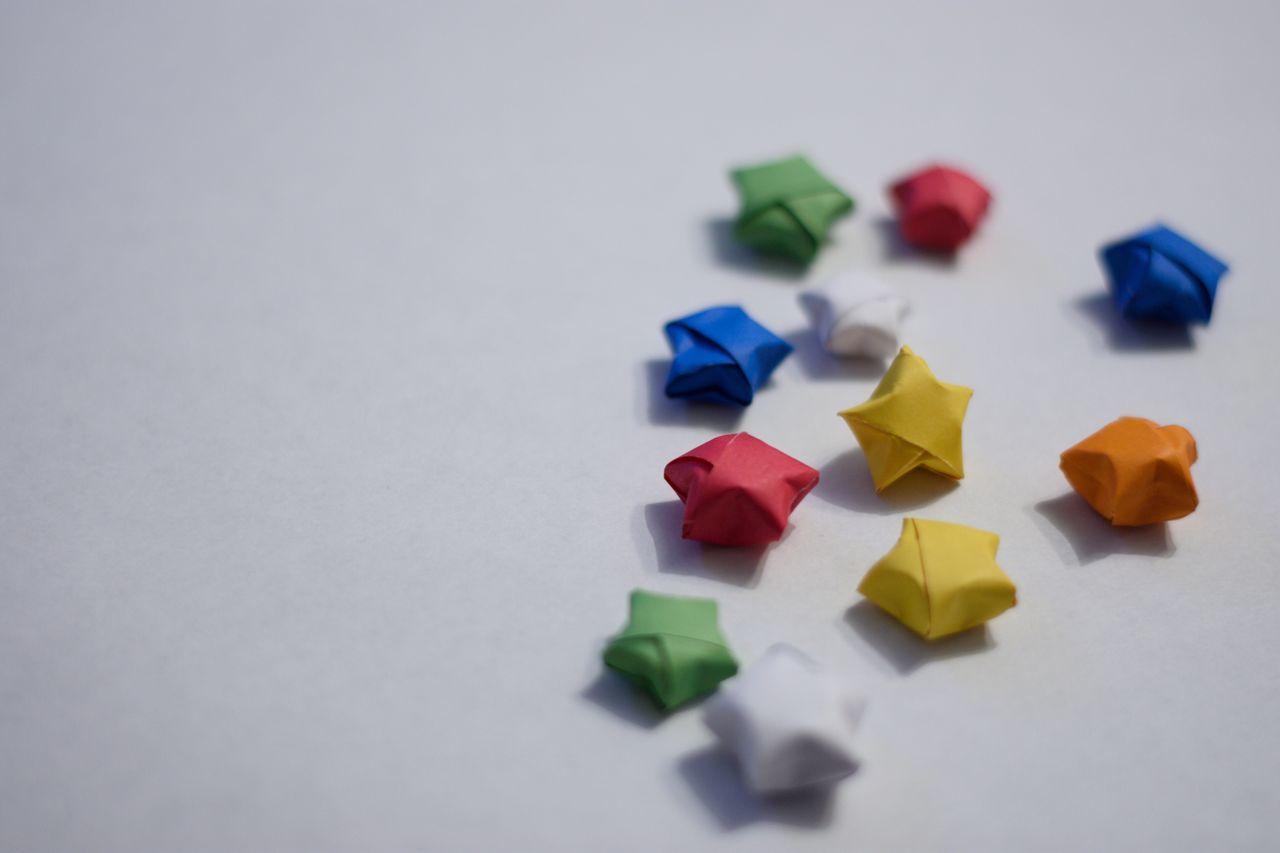 Una colorida lluvia de estrellas Multi Colored No People Paper Indoors  White Background Nikon Nikon D7200 EyeEm Gallery EyeEm EyeEm Best Shots EyeEmBestPics