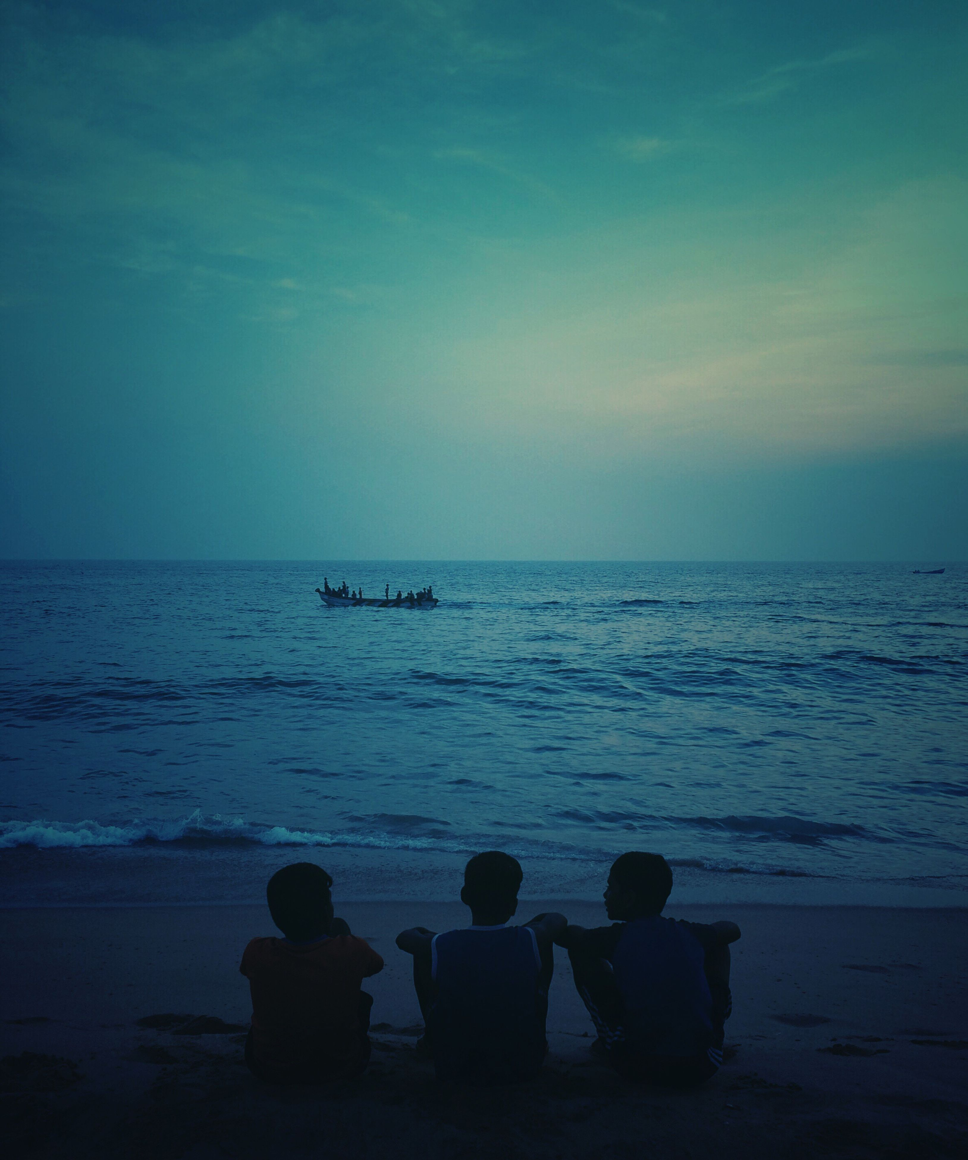 sea, water, real people, horizon over water, beauty in nature, beach, sky, lifestyles, scenics, leisure activity, women, tranquility, two people, silhouette, togetherness, tranquil scene, men, nature, outdoors, people, adult, day