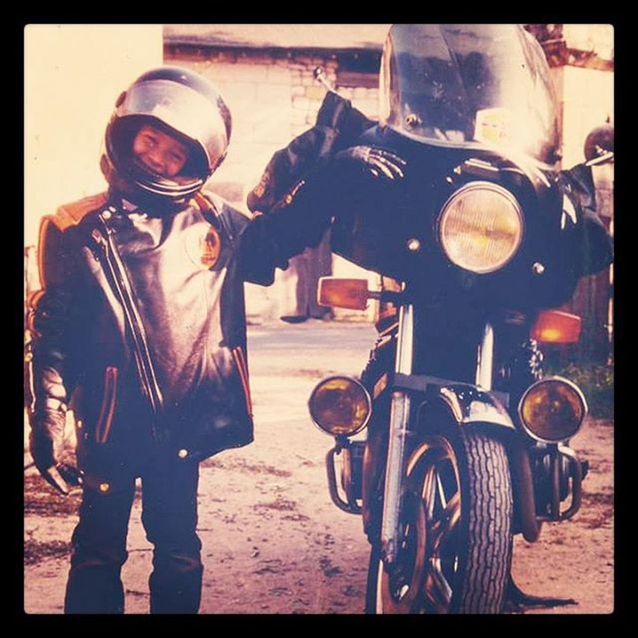 Moi, il y a pas mal d'années avec la moto de mon oncle. Et je me dis qu'un jour il faudrait que je passe le permis. Picoftheday Massivebd Igers Instagram moto bike vintage young me myself motorcycle 80s