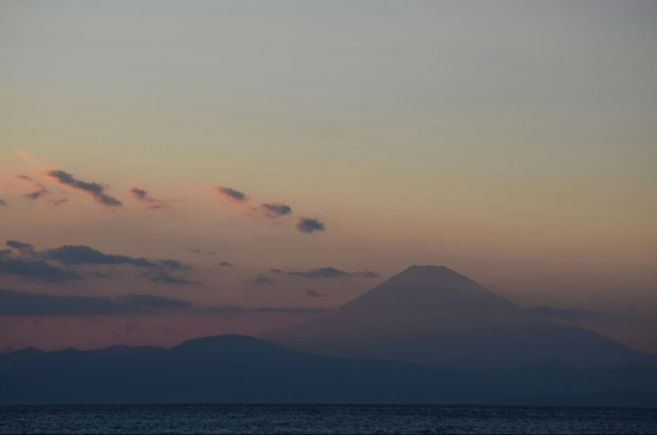 『 End your day with a SMILE, a happy THOUGHT and a grateful HEART. 』 |🗻🌅🌊 神奈川横須賀市からの 夕暮れ 。🗻After sunset and dusk seen from Yokosuka, Kanagawa-prefecture, one late spring. | カコソラ 富士山 夕暮れ時 Dusk Twilightscapes Seascape Sea And Sky Mt. Fuji Yokosuka Beauty In Nature Scenery Shots Tranquil Scene From My Point Of View EyeEm Best Shots - Nature EyeEmNewHere EyeEm Gallery NoEditNoFilter Full Frame EyeEm Best Shots - Sunsets + Sunrise EyeEm Best Shots - Landscape Mynikonlife Nikonphotography
