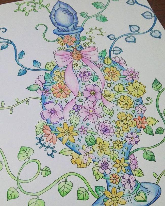 大人の塗り絵 第2段 塗り絵 イラスト Illust 絵 Picture カラフル Colorful 花 Flower 瓶 リボン Ribbon 水彩色鉛筆 筆 最近のお気に入り クリスマスプレゼント 私の世界 大好きな色 趣味 趣味の時間 Myworld Art アート 芸術