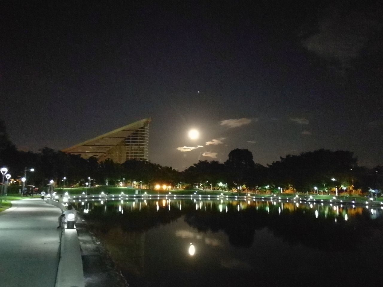 Fullmoontonight Fullmoon At The Sky Fullmoon And Clouds Sky And Clouds Sky And City Tree And Sky Life In Colors Skylover Borneo Nightlife