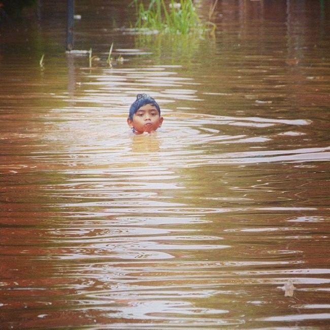 Banjir Flood Bekasi 2014 Swim Prayforbekasi
