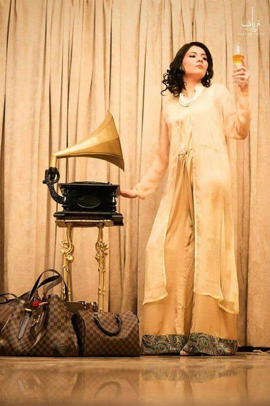 Gramophone Fashion Beauty Cloths Juice Hair Makeup Model Faryabshah Curls