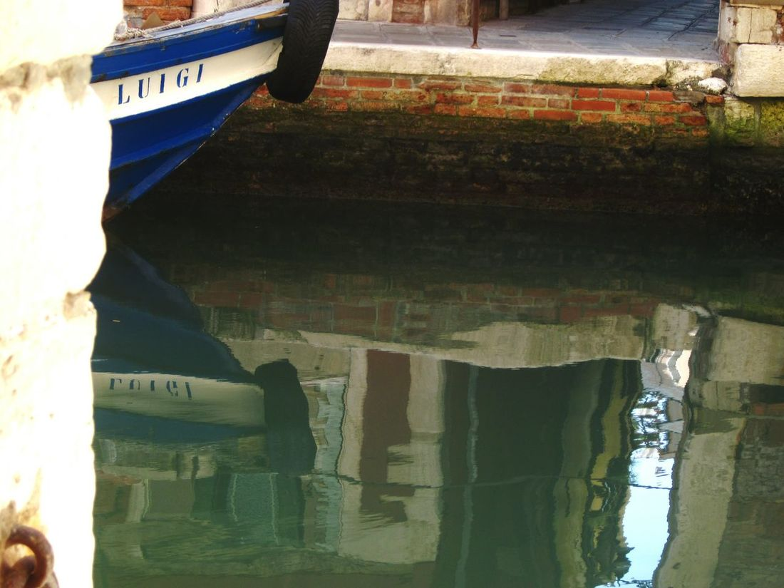 🇮🇹 Luigi Reflection 🇮🇹♥👌 Water Reflections Tranquil Scene Tranquility Venezia City Life Italian Style Residential District Slice Of Life Boat Life Boat Better Look Twice