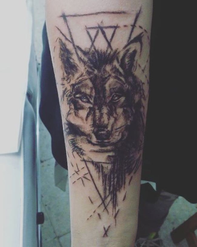 Por fin mi segundo Tatuaje 3 horas seguidas sin descanso. ..pero merece la pena Finally my second Tattoo 3 hours straight without a break...worth it tho Wolf Lobo Drawn Tattedup Geometric Shapes Carboncillo NewYear Añonuevo 2016 Girl Tattedgirl