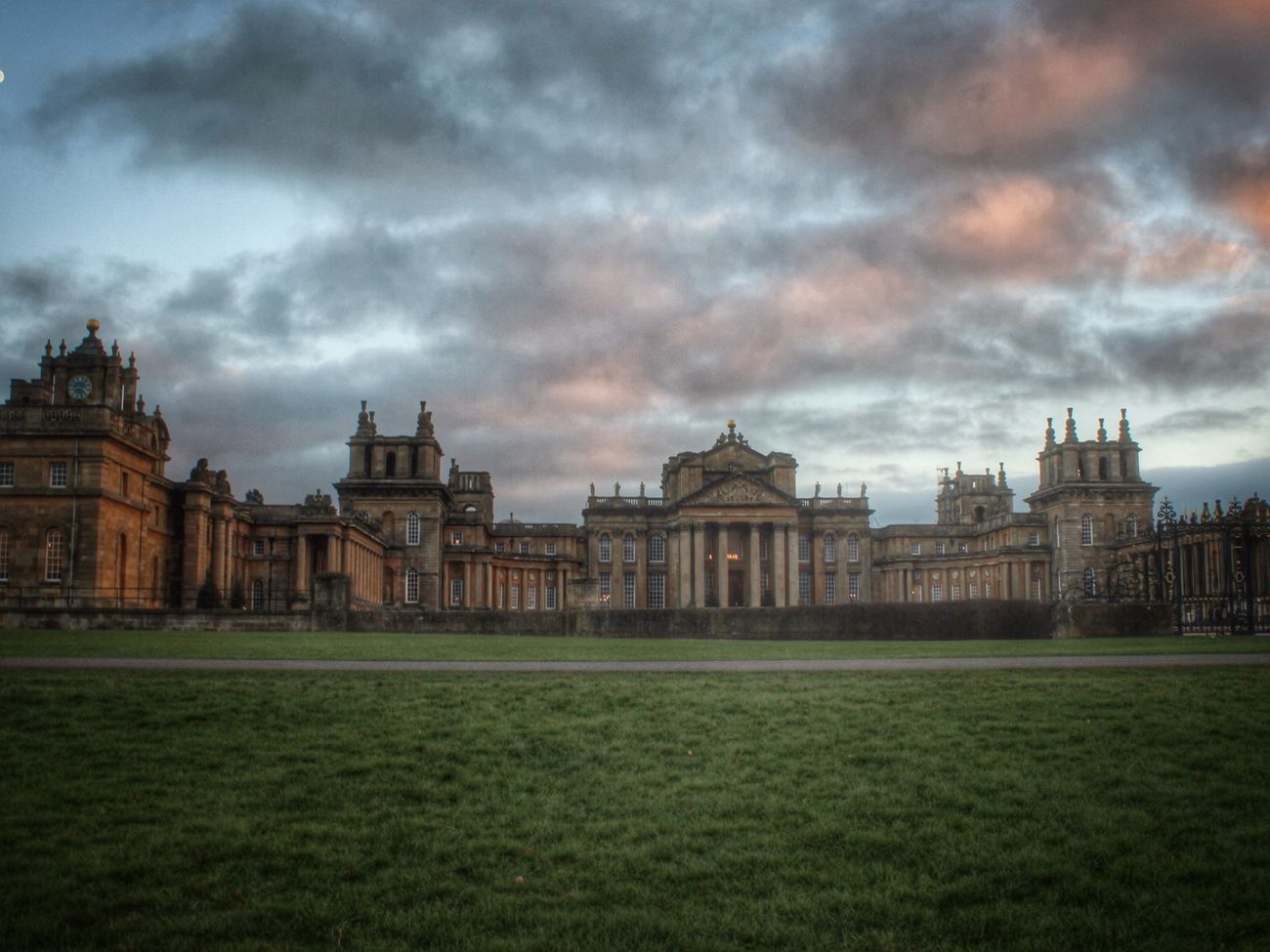 This took a little while but I managed a shot eventually with no people in view....I know some of you will relate to this! Lol Streamzoofamily EyeEm Best Edits EyeEm Gallery Check This Out Blenheimpalace Enjoying Life Buildings Historical Building Historical Sights