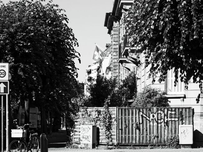 30 One Degree und steigend ... Summer In The City Better Look Twice Black And White Street Photography From My Point Of View Streetphoto_bw Fresh 3 On The Way The Way Forward Urban Photography Black And White Photography Hanging Out Urban Exploration Discover Your City No People Black & White Urban Perspectives Monochrome The Devil's In The Detail Signs Walking Around in Strasbourg