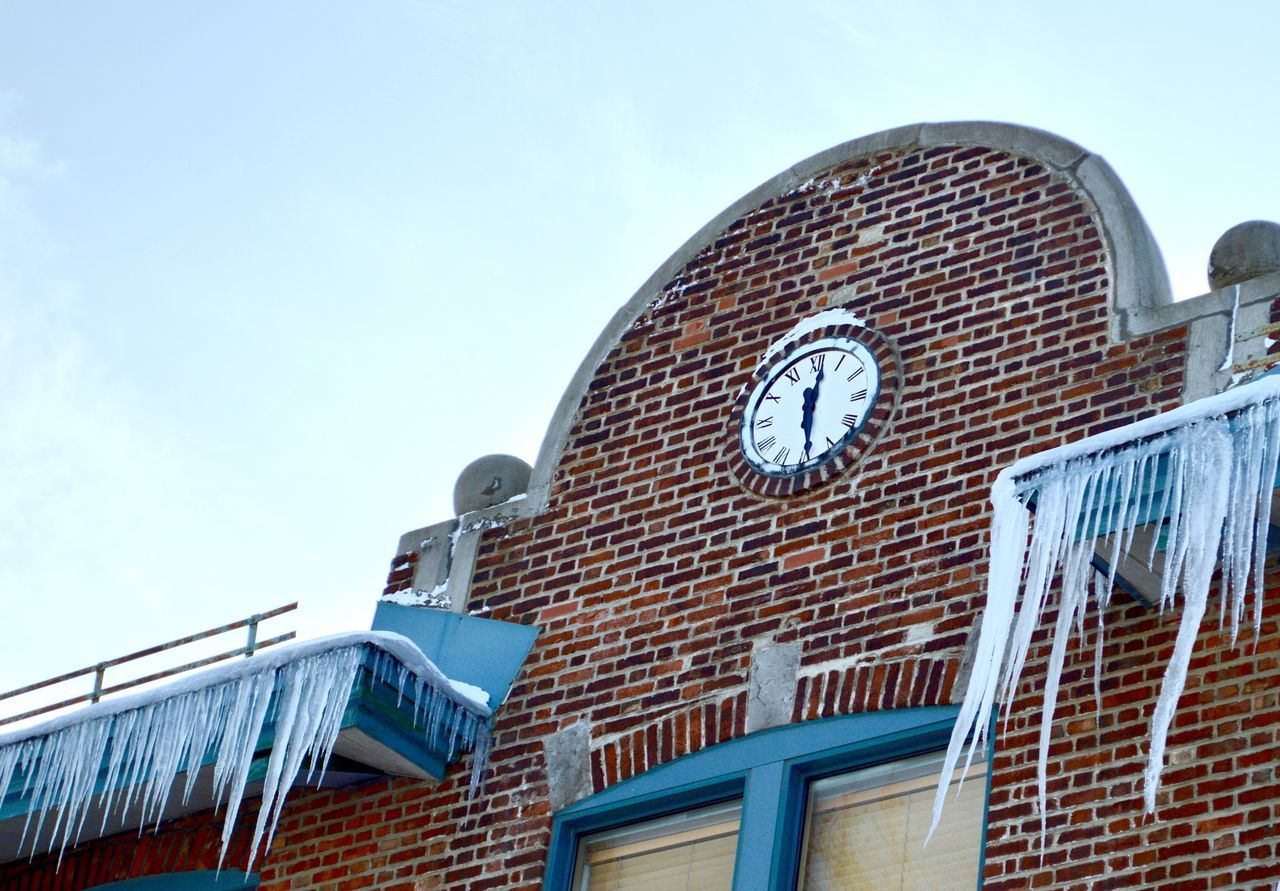 School Schooltime Clock Clock Face Clock Watching Ice Icicles Icicle Lcc Building Exterior Building Montréal Montreal, Canada Montreal Canada Lunch Lunchtime Lunchtime! Midday